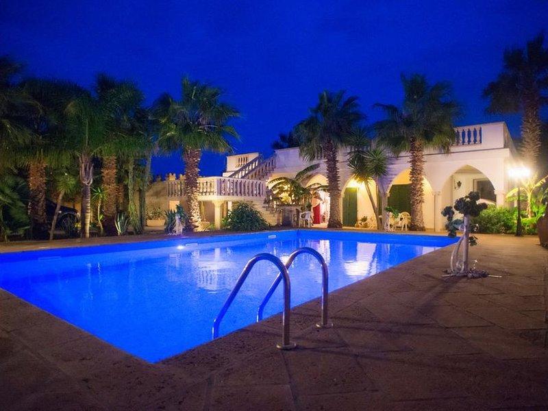 Michelle House, villa con piscina a pochi passi dal mare, holiday rental in Torre Suda