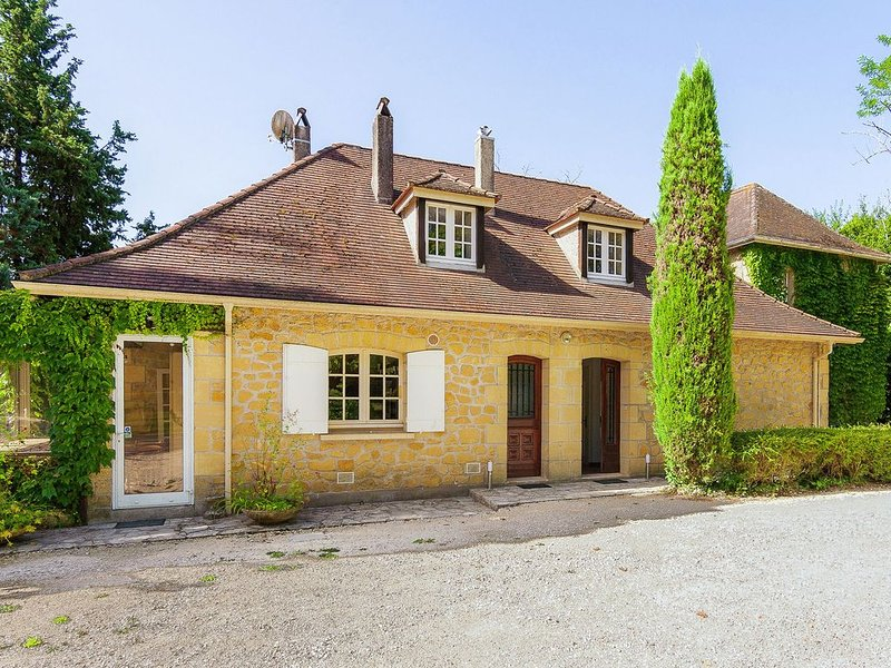 Attractive Villa in Vélines with Private Garden, vacation rental in Velines