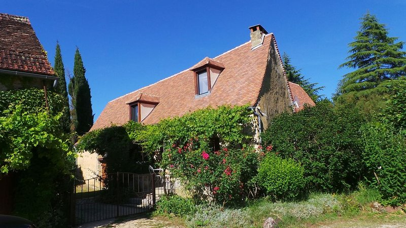 Maison de charme avec piscine dans un hameau paisible proche Sarlat  Rocamadour, holiday rental in Reilhaguet