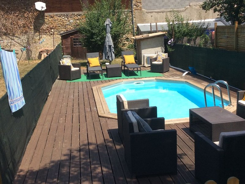 L' hospitalite. 5 bedroom house, 2 shower rooms, new kitchen with heated pool., location de vacances à Belesta