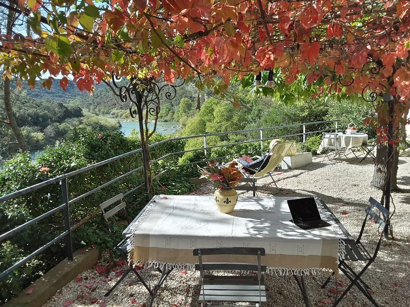 Delightful Riverside Apartment with River Views, The Lower, location de vacances à Sanilhac-Sagriès