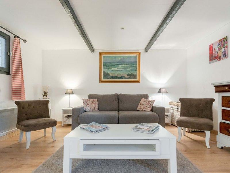 Maison de charme au coeur de la Provence , avec terrasse et jardin., holiday rental in Rognes