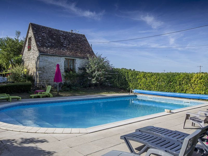 Romantic Loire Valley cottage for 2 with superb heated pool & carp fishing lak, casa vacanza a Genille