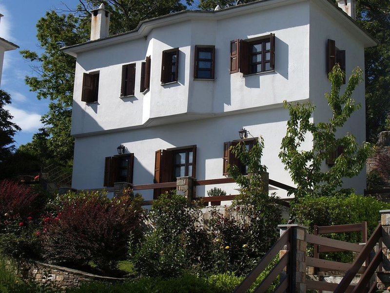 Mountain villa with beautiful gardens and sea view, near Mylopotomos beach, vacation rental in Milies