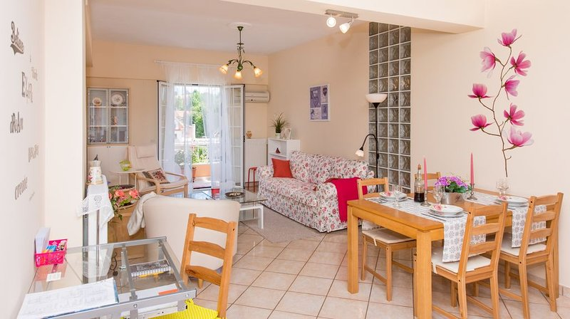 Family apartment near Corfu Town. Spacious & quiet with parking and patio, holiday rental in Vitouládes