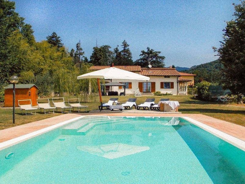 Bela vivenda com piscina privada, terraço e gramado