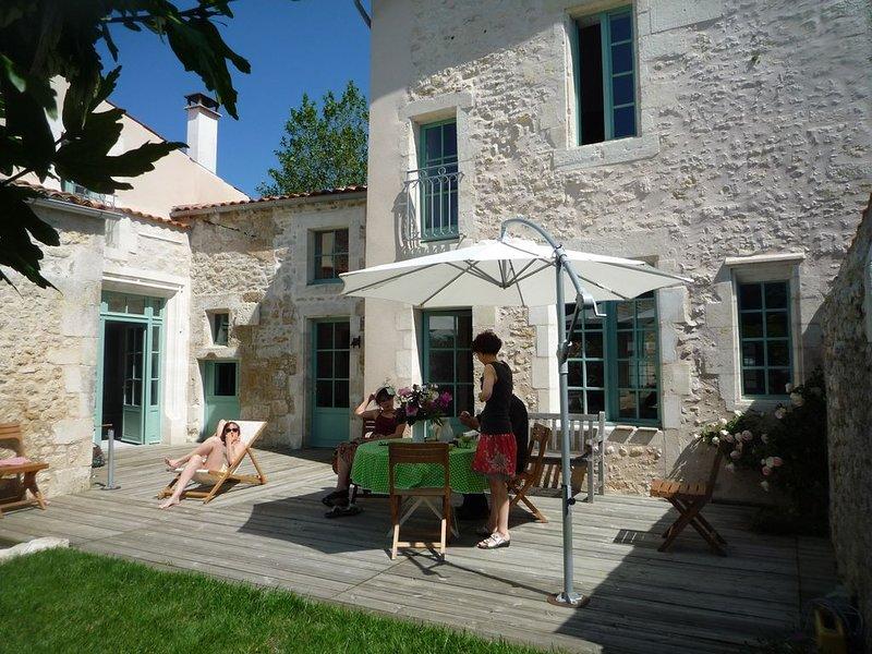 Grande maison de bourg de charme (XVI°) jardin privatif, alquiler vacacional en La Gripperie-Saint-Symphorien