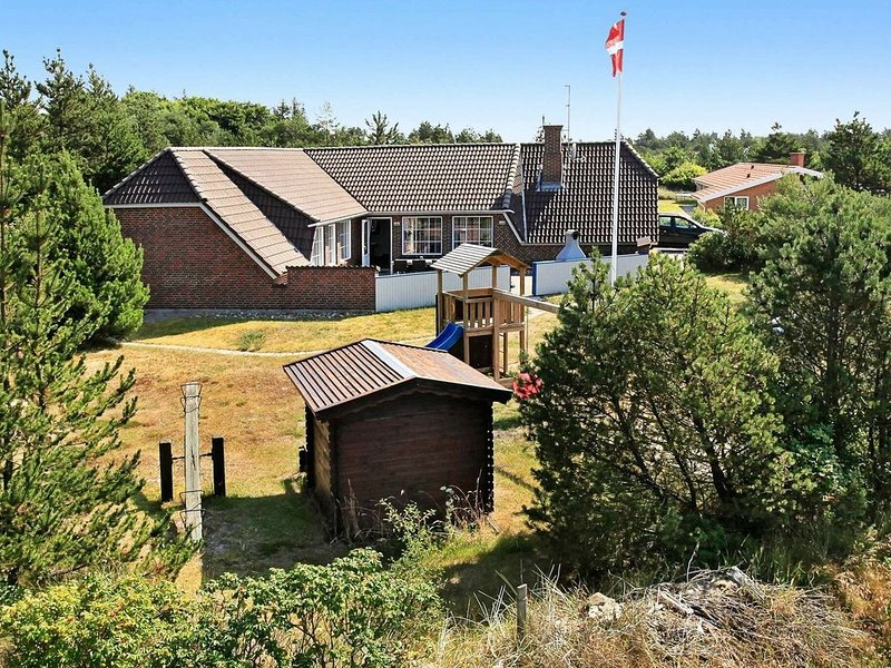 Fascinating Holiday Home in Blåvand with Pool, location de vacances à Varde