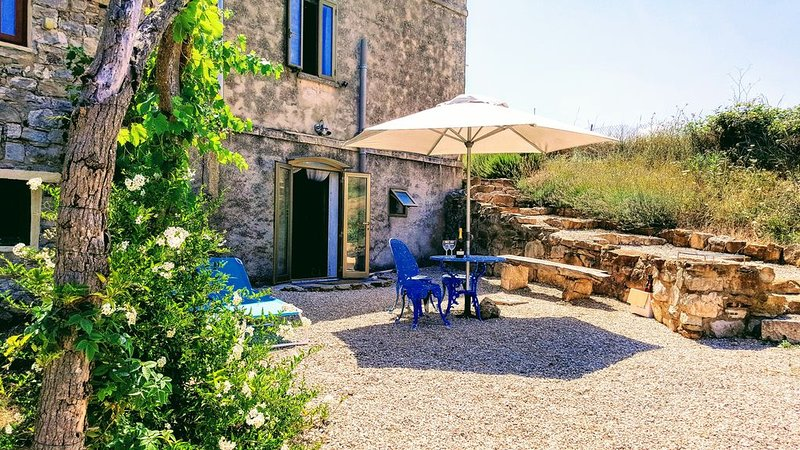 A beautifully restored cosy stone farm house, with views, terraces and bbq, holiday rental in Carunchio
