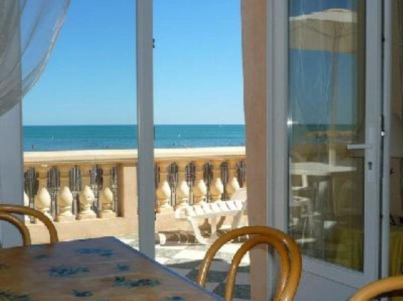 appartement 1er étage terrasse vue imprenable directement sur la mer en première, holiday rental in Valras-Plage