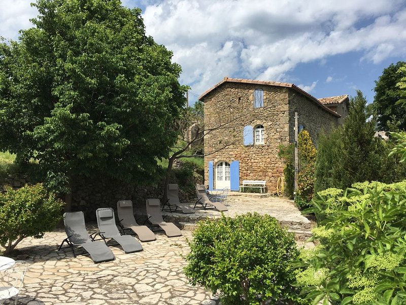 Maison de caractère de 180m²  dans le coeur de l'ardèche méridionale, holiday rental in Burzet