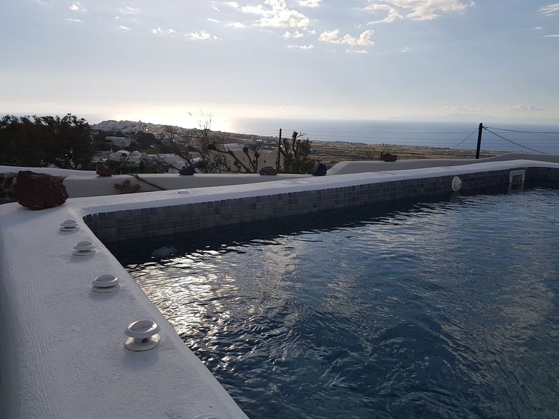 ALONISTRA OIA HOUSES - TRADITIONAL HOUSE WITH PRIVATE SPLASH POOL, holiday rental in Finikia