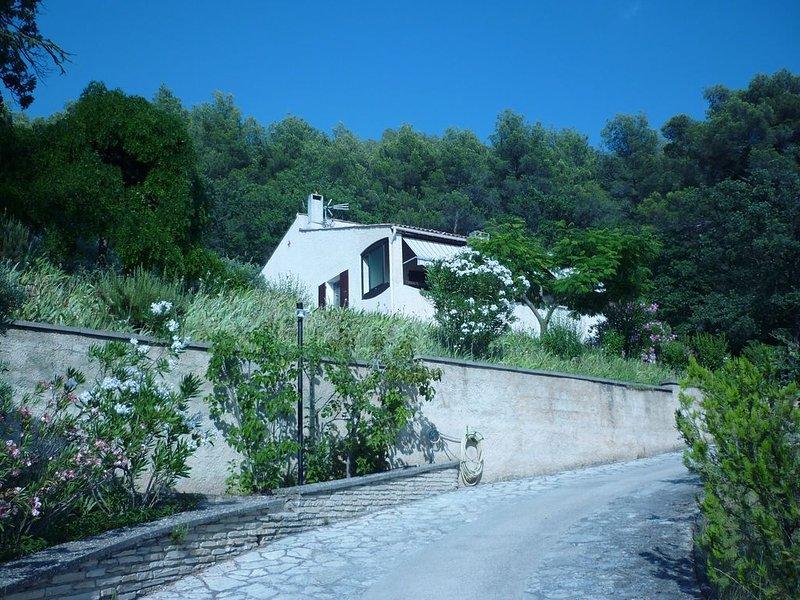 Villa à flanc de colline sur une pente du Luberon, holiday rental in Puyvert