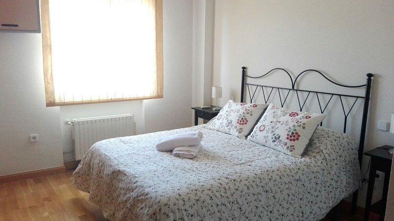Familiar y tranquilo. WiFI. Aire acondicionado y garaje incluido., holiday rental in Arcas del Villar
