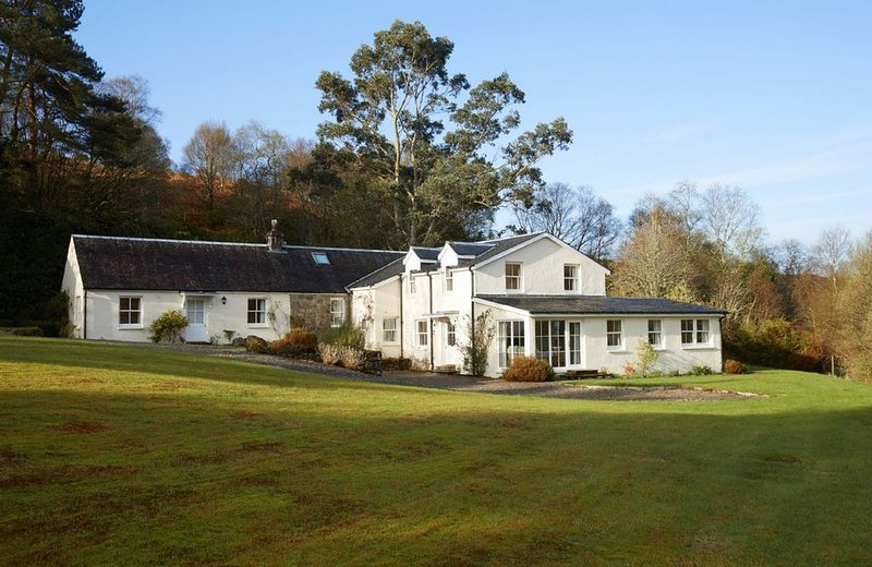 Set with breath-taking views of Loch Etive and Glencoe beyond. A track leads str, casa vacanza a Ardchattan