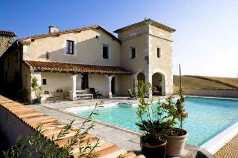 Entre ciel et terre, maison 220m2 avec piscine privée, holiday rental in Montmoreau-Saint-Cybard