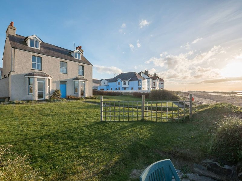 Min Y Mor - A holiday home on the edge of the sea in Anglesey, holiday rental in Rhosneigr