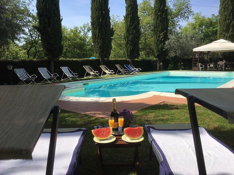 casale con piscina per 12 persone immerso nel bosco, casa vacanza a Ambra