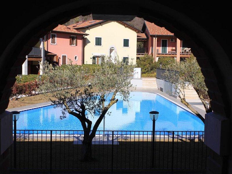 LA FIORITA - nuovo appartamento in residence con piscina, casa vacanza a Costermano