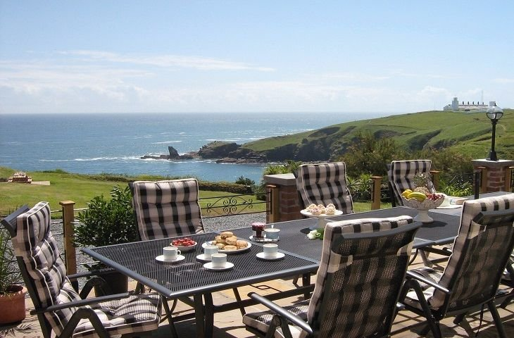 Set on a cliff 60 yards from the sea with uninterrupted views, wonderful for a b, holiday rental in The Lizard