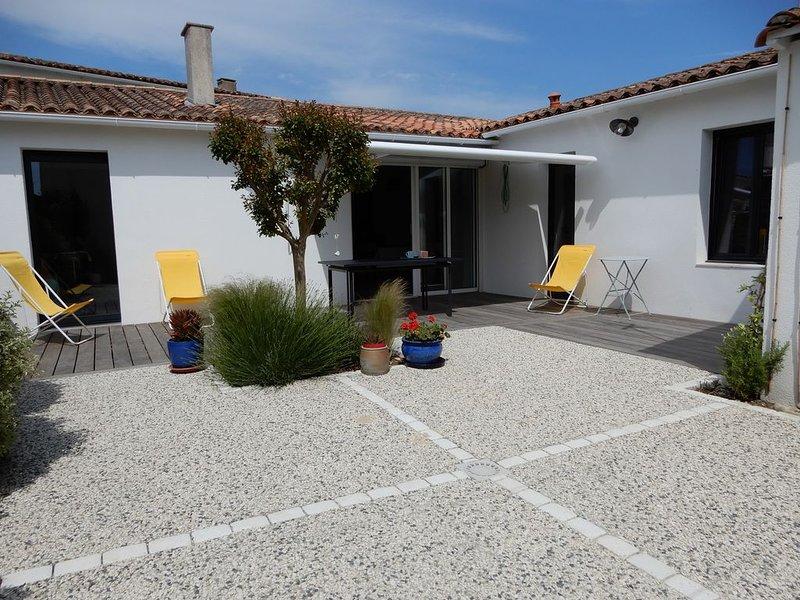 Agréable maison avec deux chambres proche de la mer  et des commerces, holiday rental in Sainte Marie de Re