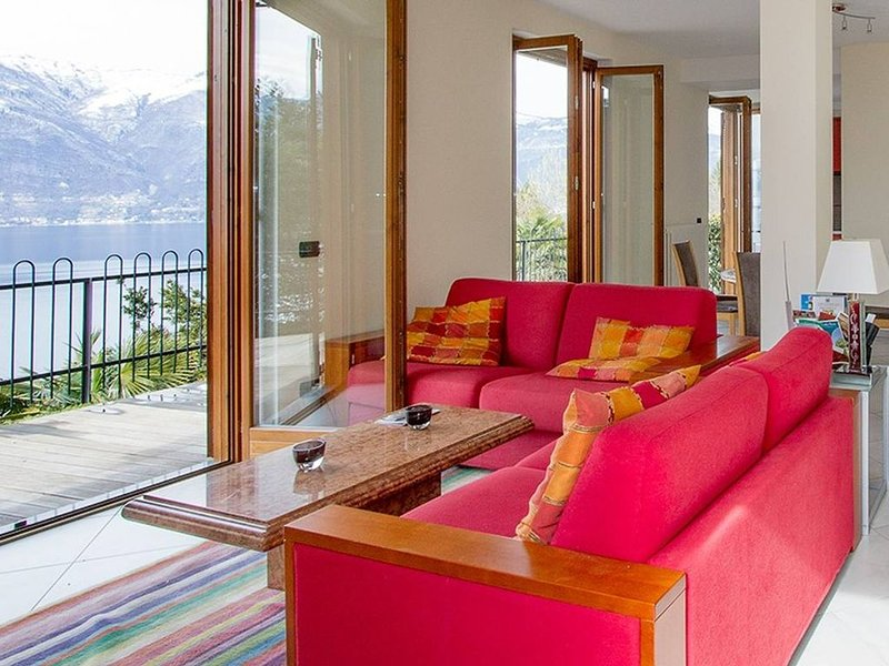 Contemporary 3 bed apartment with lake views., vacation rental in Lake Maggiore