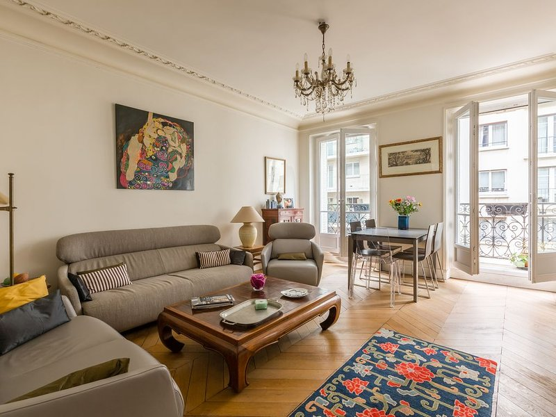 Elegant 2 BR in one of Paris safest locations. Close to Arc de Triomphe (Veeve), casa vacanza a Neuilly-sur-Seine
