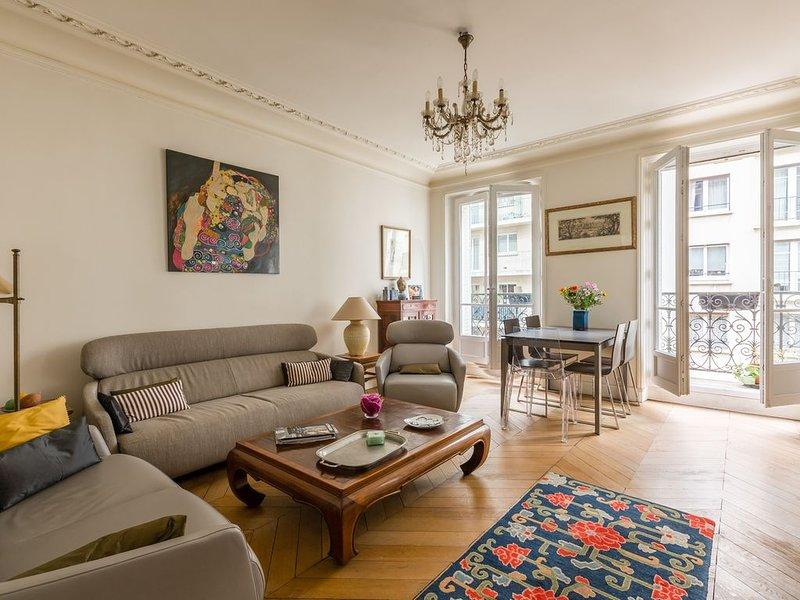 Elegant 2 BR in one of Paris safest locations. Close to Arc de Triomphe (Veeve), location de vacances à Neuilly-sur-Seine