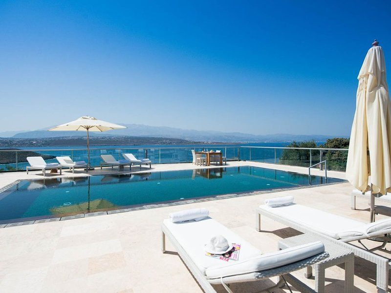 Luxurious Athena Seafront Villas, large pool a..., holiday rental in Tersanas