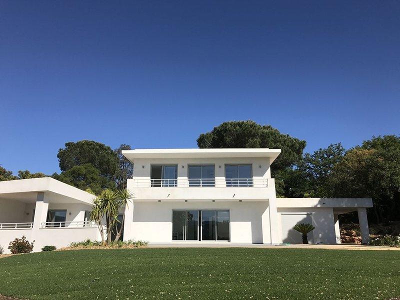 VILLA  CONTEMPORAINE A 12 KMS DE SAINT-TROPEZ, vacation rental in Cogolin