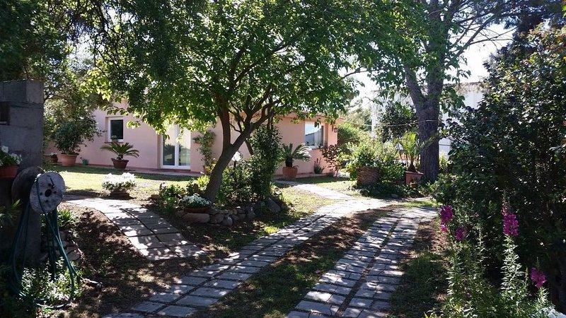 Casa di campagna con grande giardino a 2 Km dalla spiaggia del Poetto, location de vacances à Quartu Sant'Elena