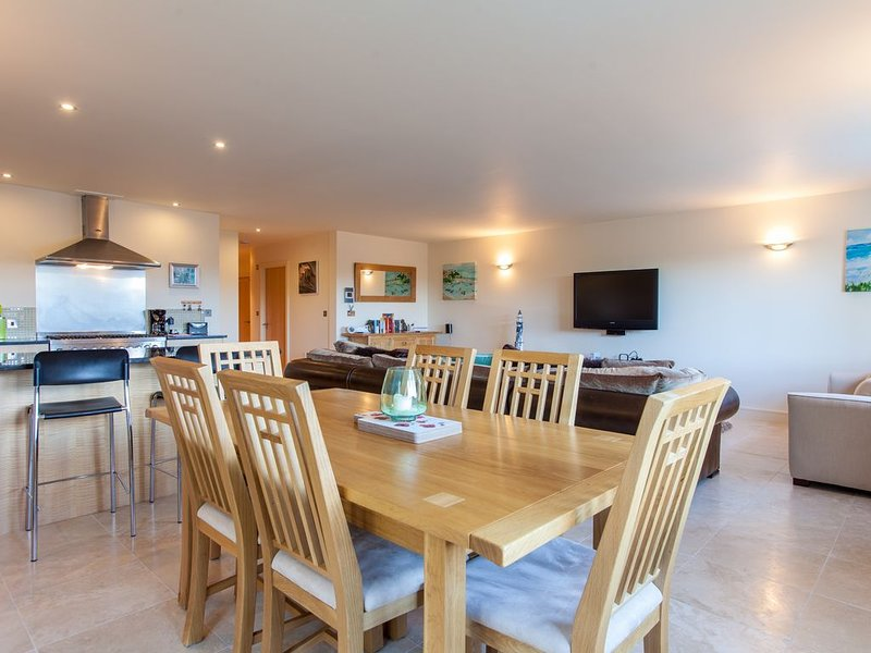 Stunning And Spacious Ground Floor Apartment With Good Size Courtyard Garden, holiday rental in Newquay