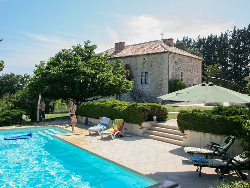 Double gite on a quiet domain with large swimming pool and a park-like garden. – semesterbostad i Castelsagrat