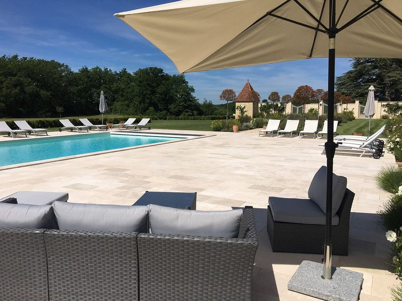 Three beautifully restored stone cottages with a stunning salt water pool, vakantiewoning in Montagnac-sur-Lede
