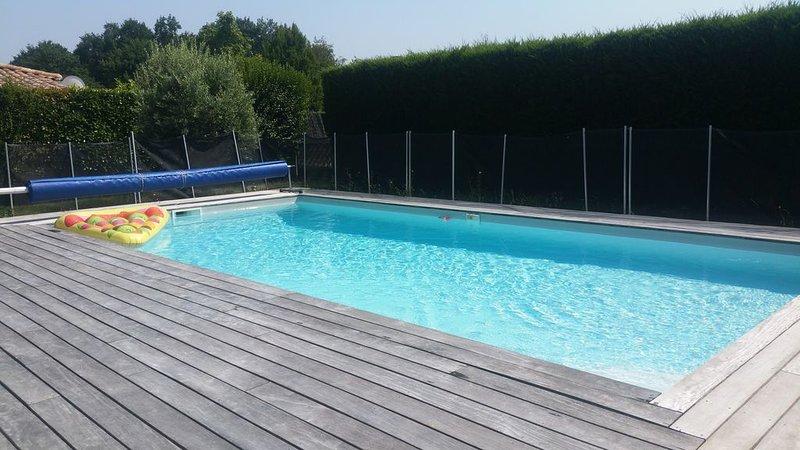 Maison avec piscine chauffée, 3 chambres;  à 20 km de Bordeaux, location de vacances à Cubzac-Les-Ponts