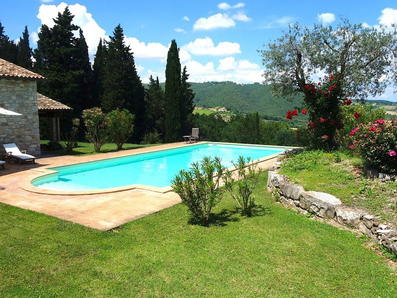 Villa in Umbria with private pool and fantastic view - sleeps 8 + 1, location de vacances à Doglio