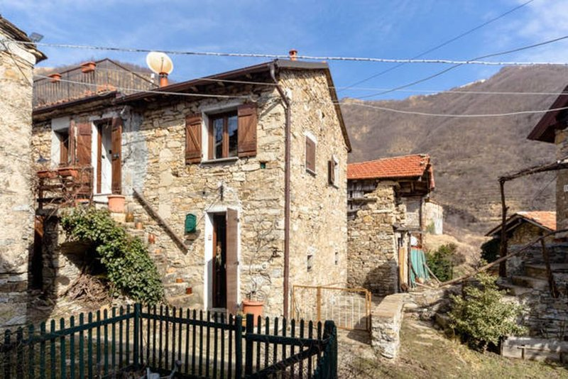 Gemütliches Dorfhaus inmitten eines Naturparks, Dachterrasse, Innenhof, vacation rental in Province of Genoa