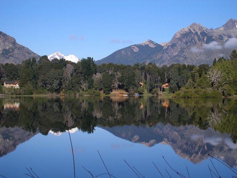 Cabaña con costa sobre el Lago Morenito. PAZ, TRANQUILIDAD Y FAMILIA, aluguéis de temporada em Villa Campanario