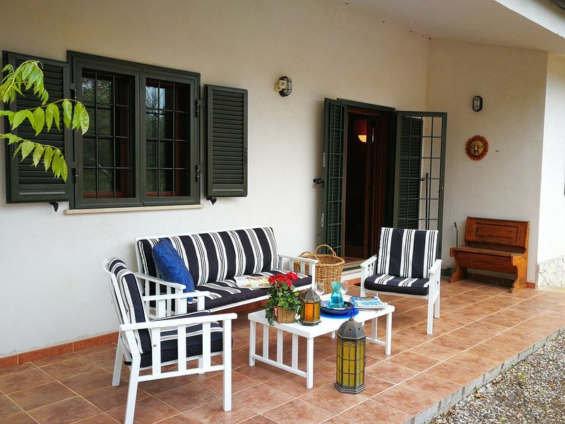 Beautiful cottage in olive grove close to tranquil mountain setting, vacation rental in Latina Scalo