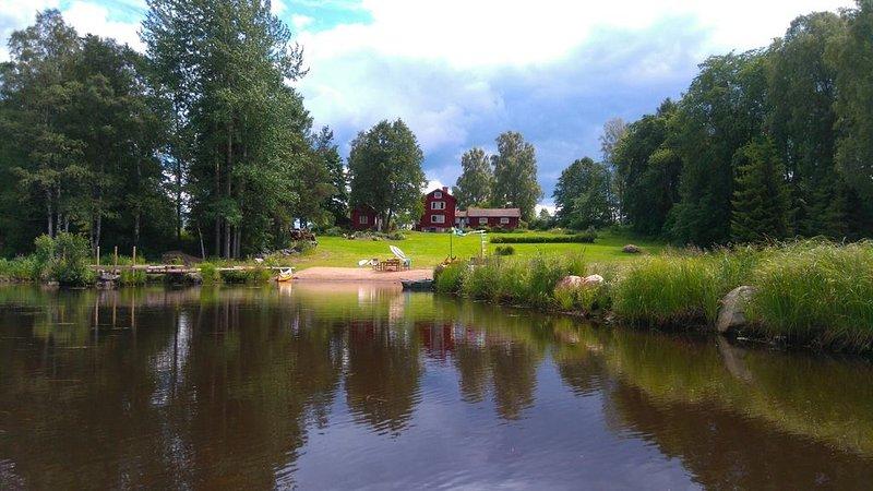 Lantlig Gård med 2 ha trädgård skog och sjö med egen strand i Dalarna – semesterbostad i Ludvika