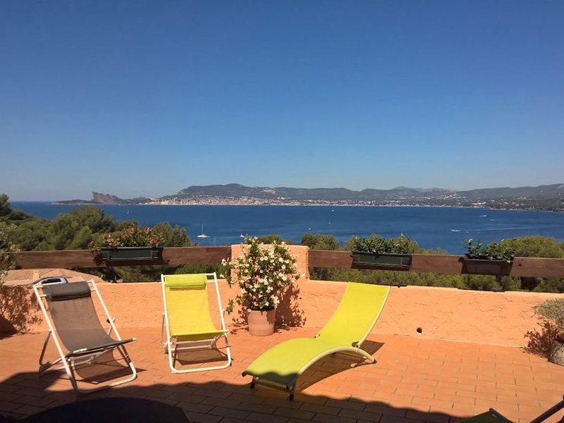 Appartement duplex 6 personnes, terrasse 55 m2, vue mer exceptionnelle., holiday rental in Saint-Cyr-sur-Mer