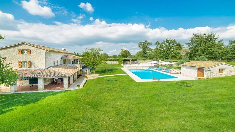 Enchanting Stone Villa with Private Pool and Beautiful Views to the Istrian Coun, alquiler de vacaciones en Sveti Lovrec