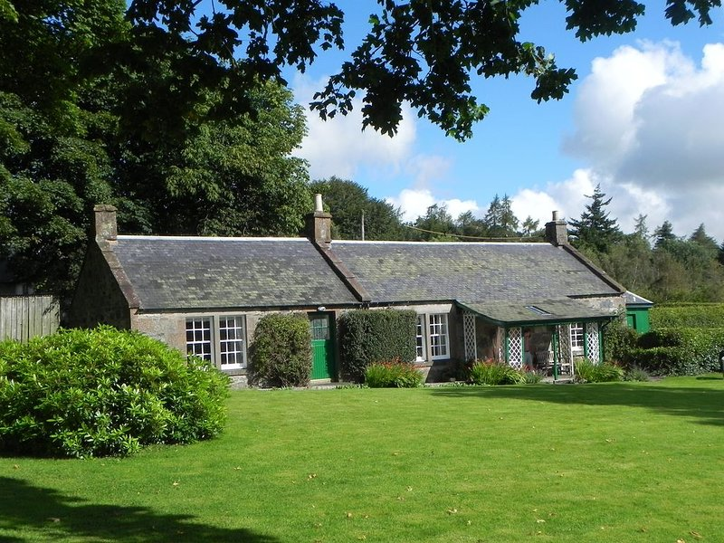 A Charming Period Family Cottage On The Edge Of The Cairngorms National Park, vacation rental in Murthill