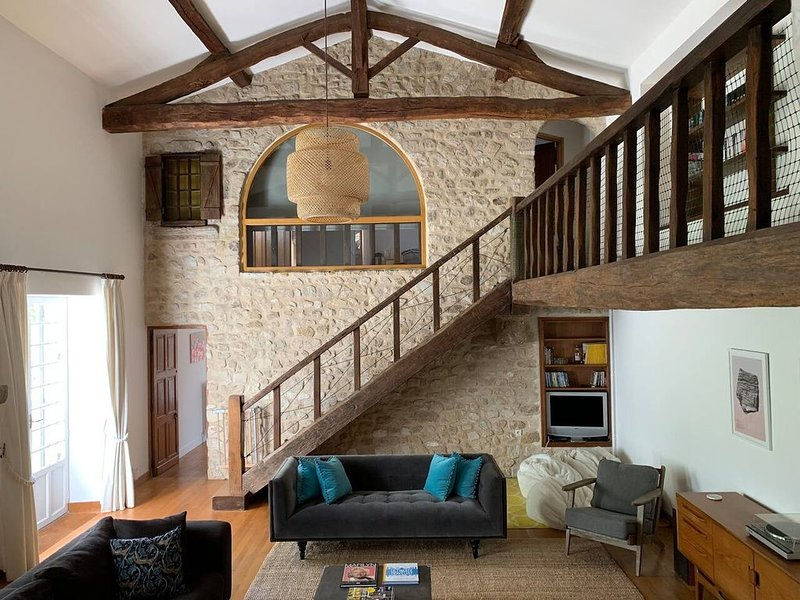 Stunning 7 bedroom house in France. Pool. BBQ., holiday rental in Boresse et Martron