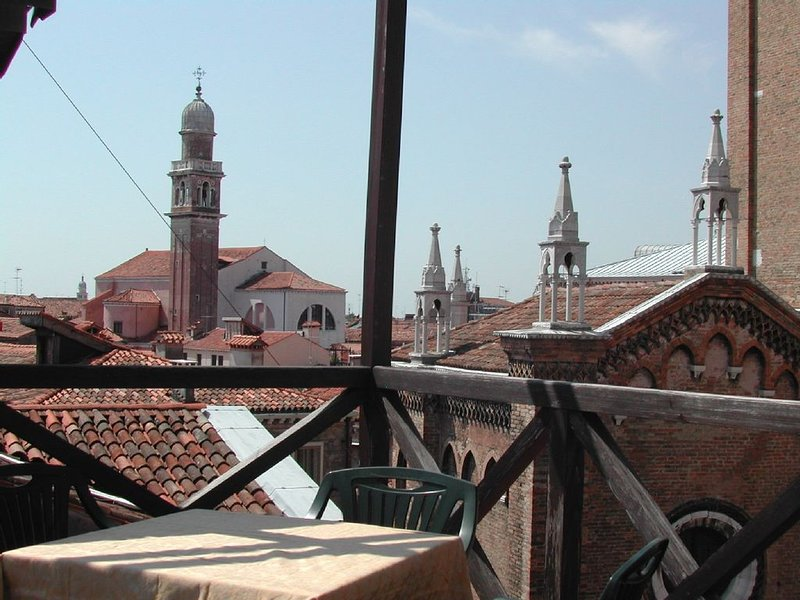 Charming apartment with roof terrace in Campo dei Frari (Free Wi Fi) M**********, holiday rental in San Nicolo