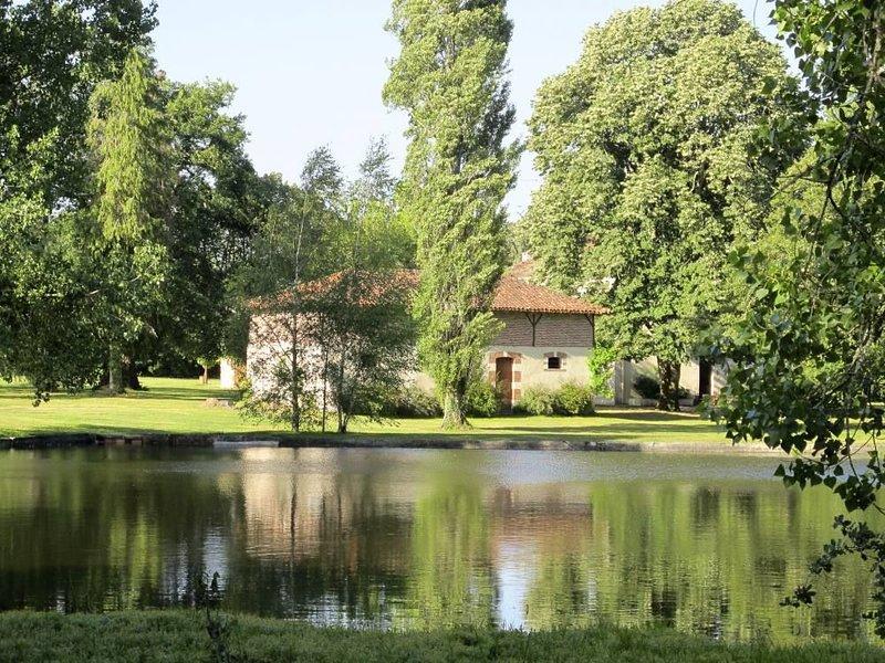 Grande maison de maître et dépendances dans un cadre idyllique avec piscine, holiday rental in Garein