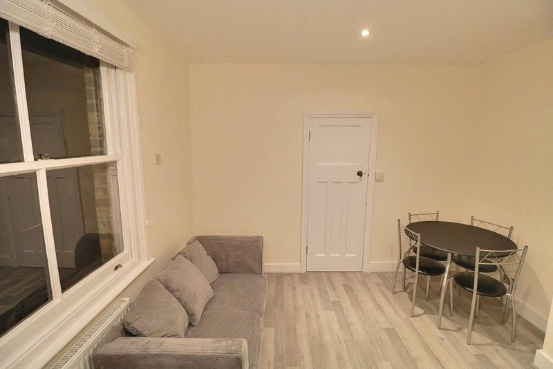Warm and Cosy Newly refurbished 2 Bed flat in heart of Southfields SW18 London, vacation rental in Morden
