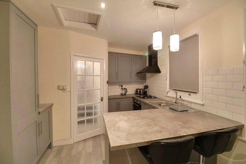 2 Bed Flat with everything you need for a lovely stay in Southfields London SW18, vacation rental in Morden