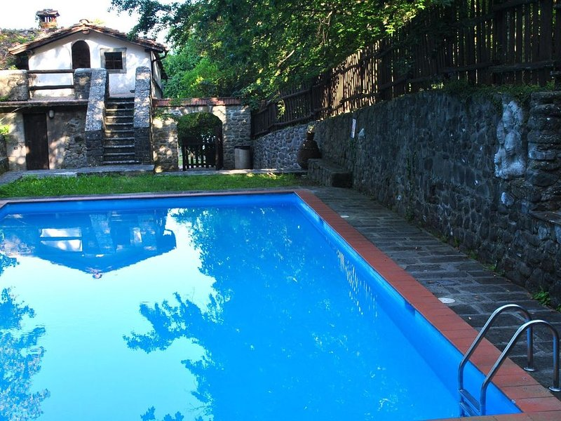 Old estate with all adorable holiday houses in the wooded hills, location de vacances à Popiglio