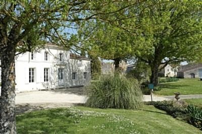 Gite near Matha & Cognac, Private Half Sunken Heated Pool, Enclosed Garden.., Ferienwohnung in Louzignac